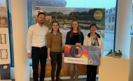 Overhandiging van de cheque aan winnares Ineke van Eijck - Wonen in Westrik